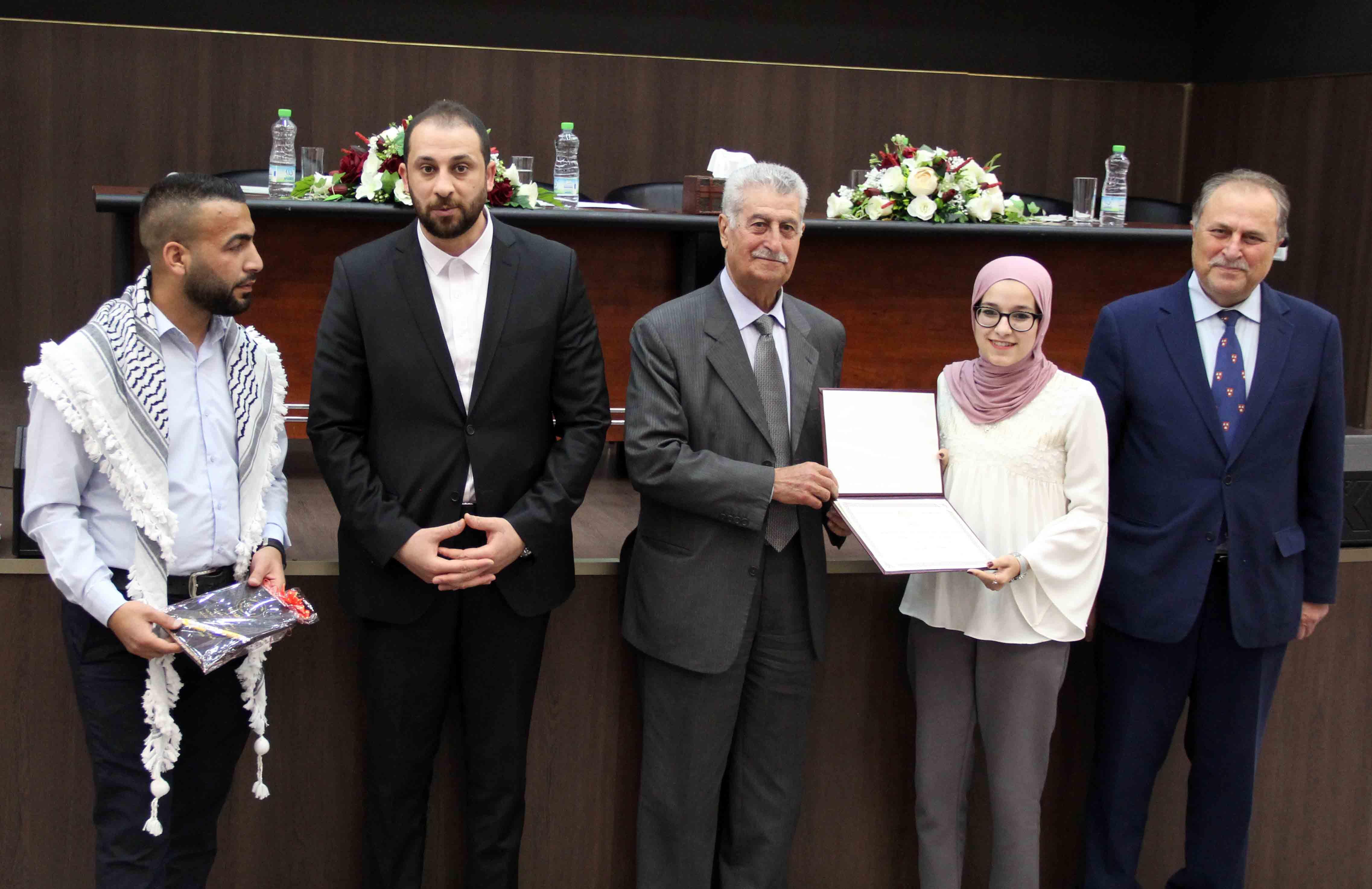 جامعة فلسطين الأهلية تكرم طلبتها المتفوقين