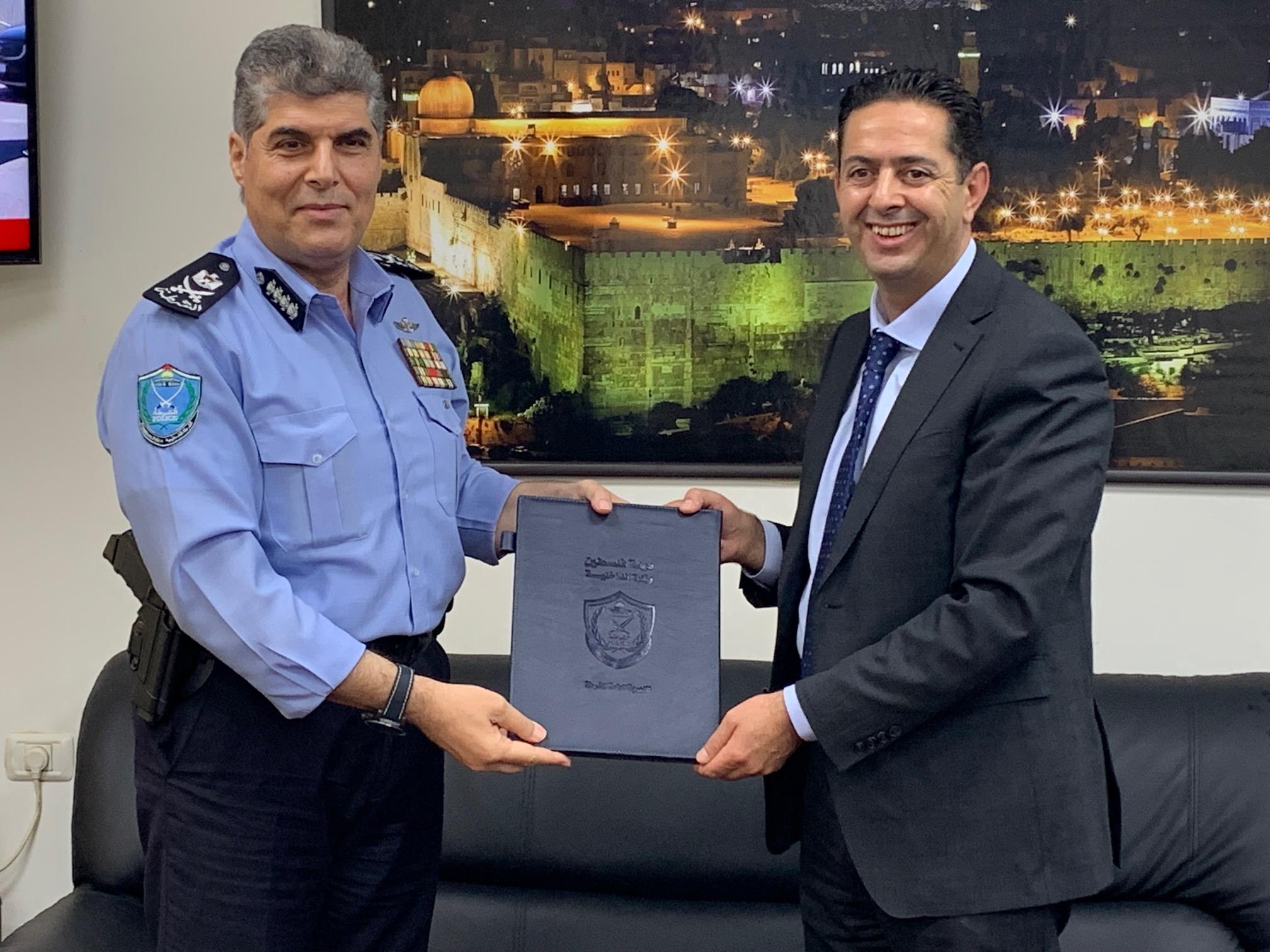 الشرطة وجامعة فلسطين الأهلية توقعان مذكرة تعاون وتفاهم
